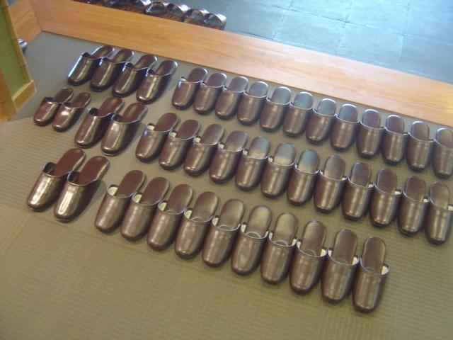 zapatillas para entrar al templo
