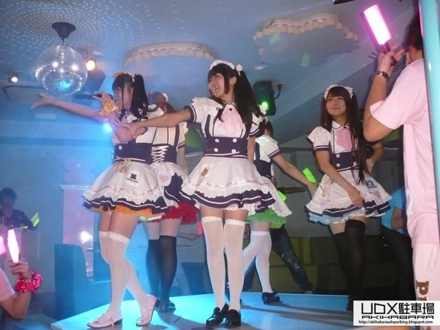 bailes-y-canciones-en-un-maid-cafe